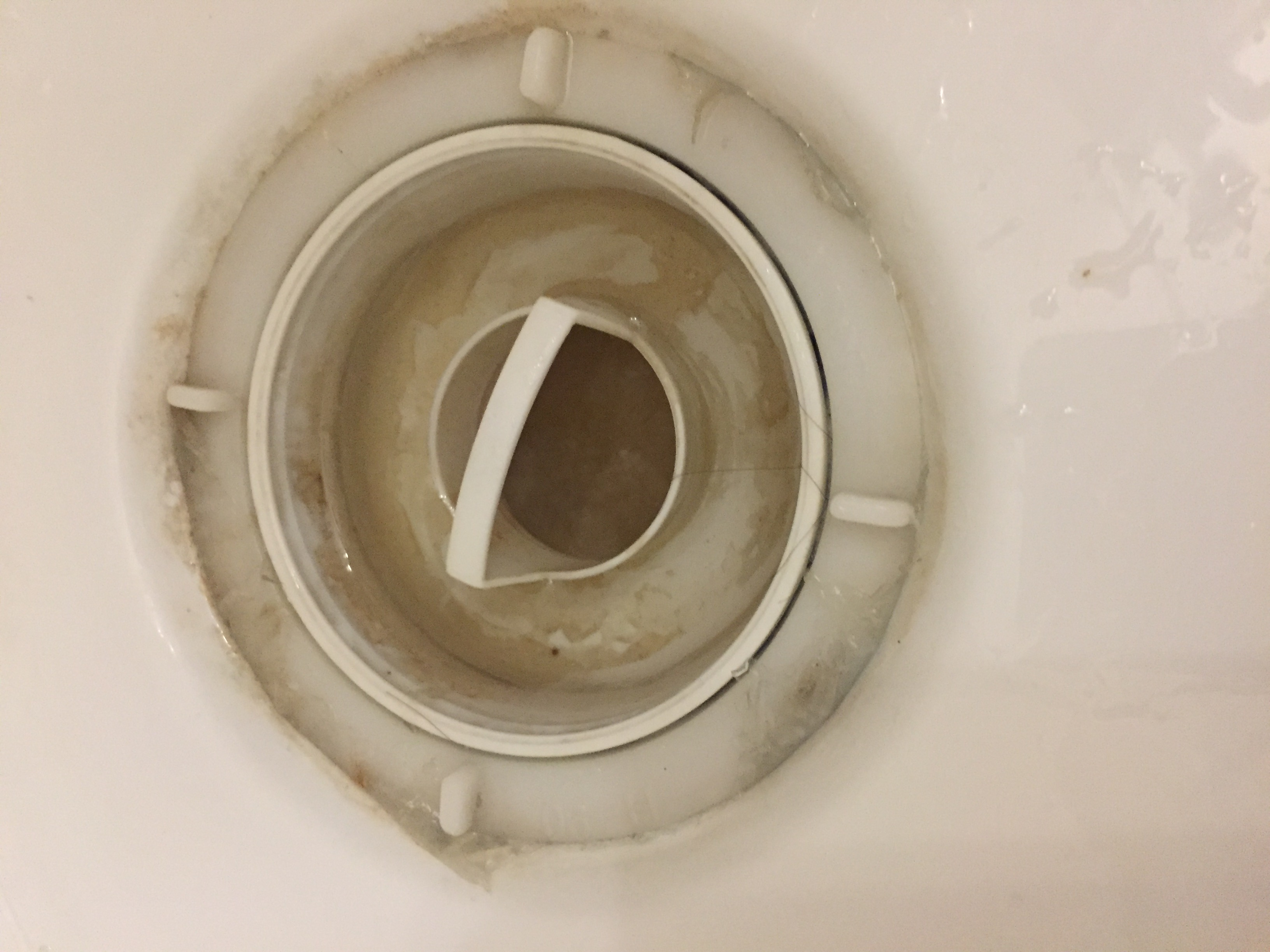 Из душевой кабины пахнет канализацией